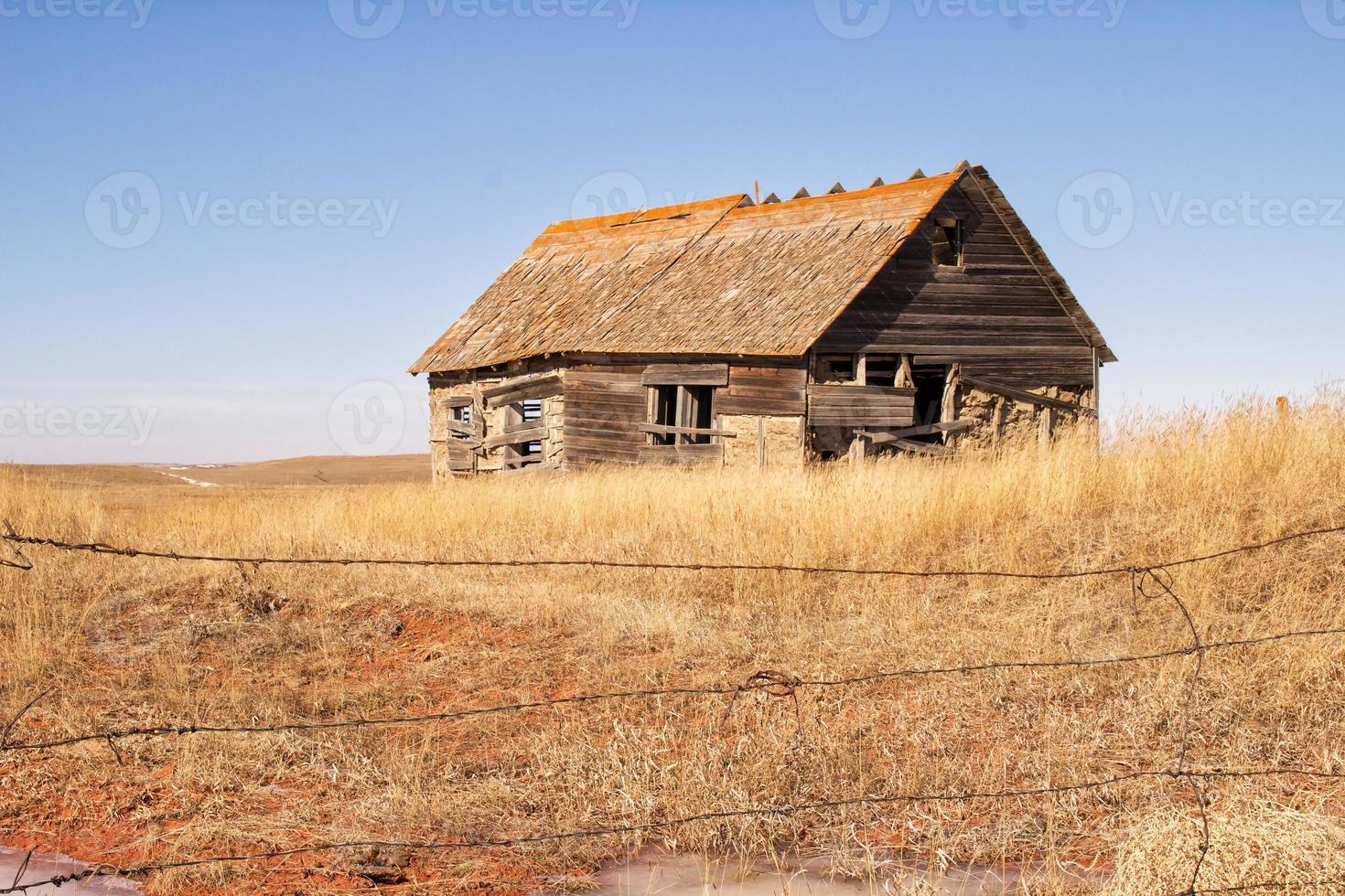 casa derrumbada en un campo foto