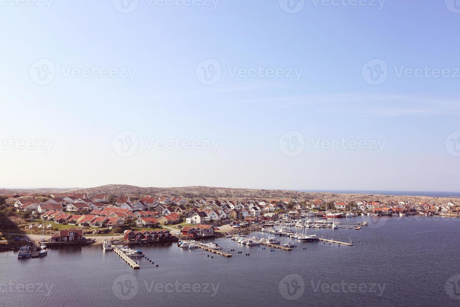 paisaje de casas y barcos. foto