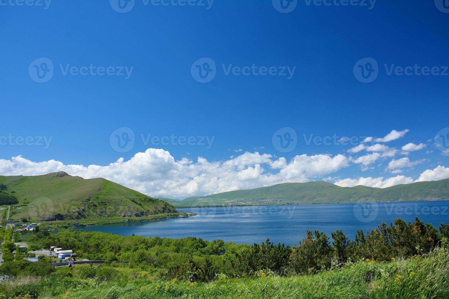 Costa del lago sevan con casas foto