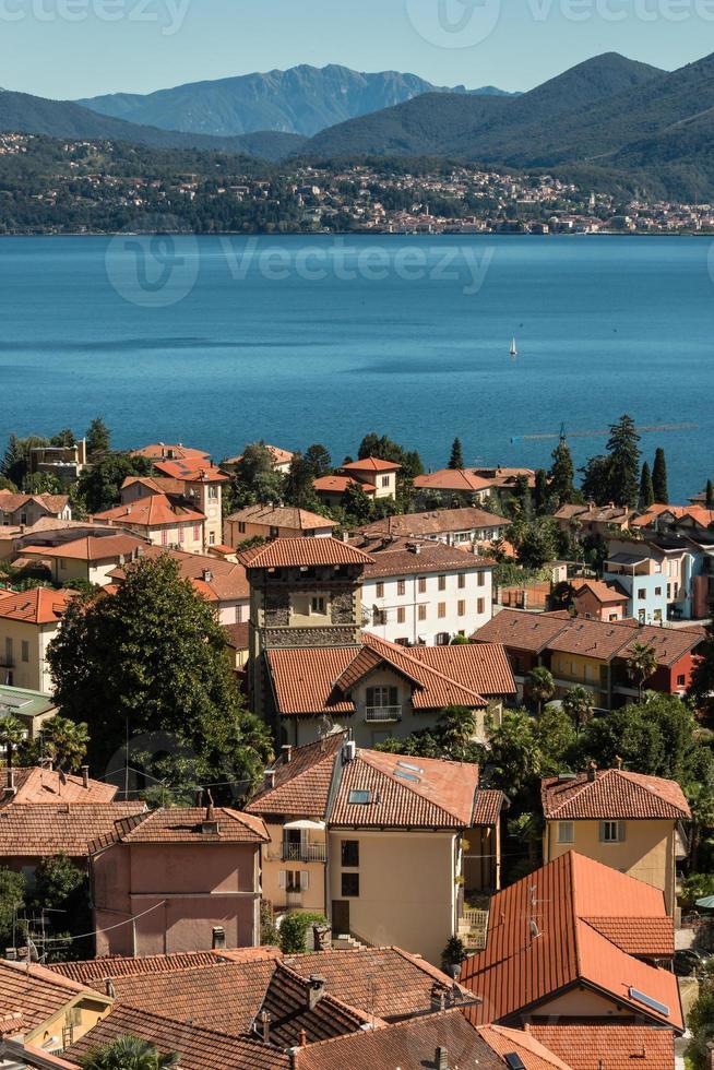 vista aérea de casas en cannero riviera foto