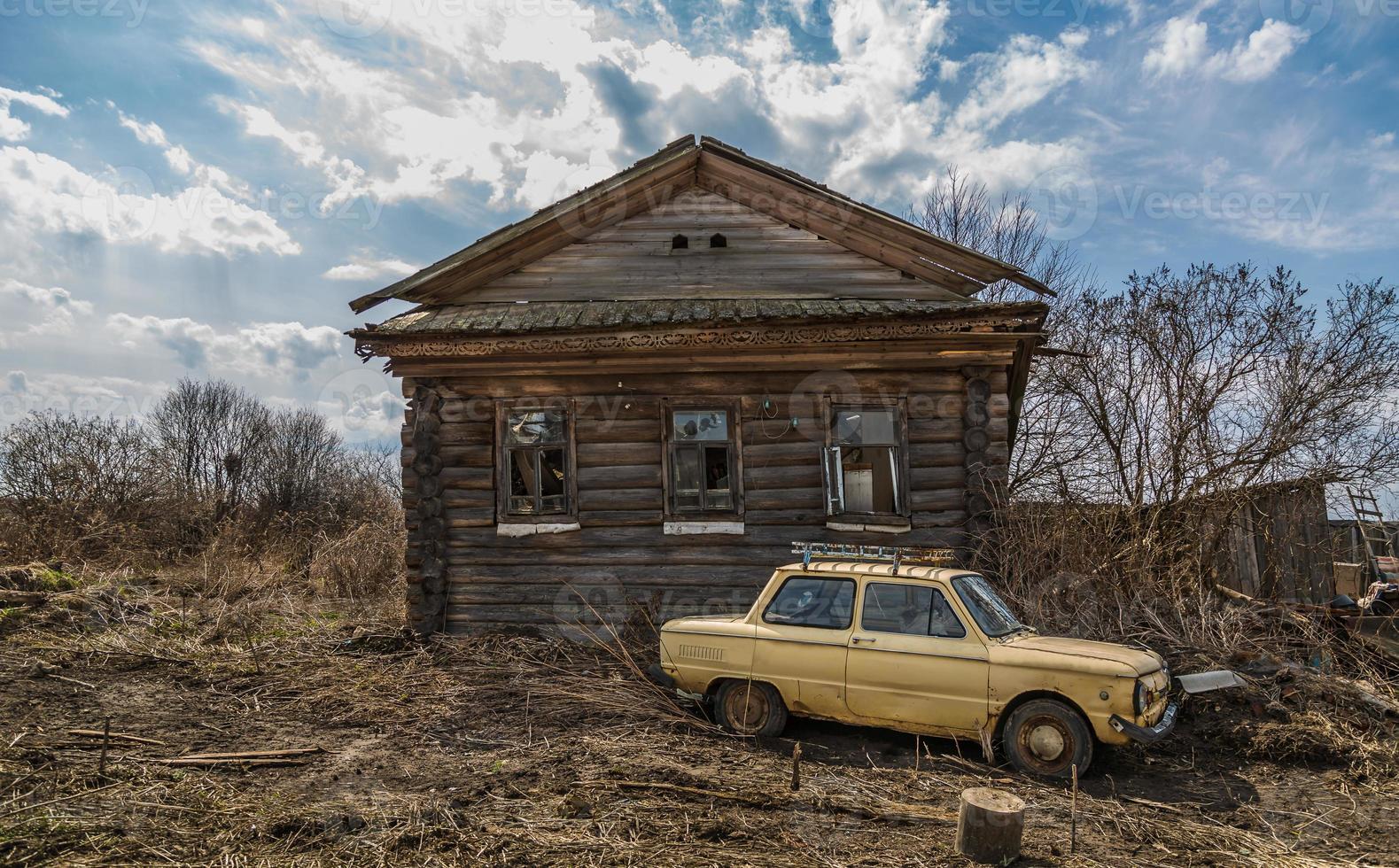 antigua casa de madera abandonada en el pueblo foto