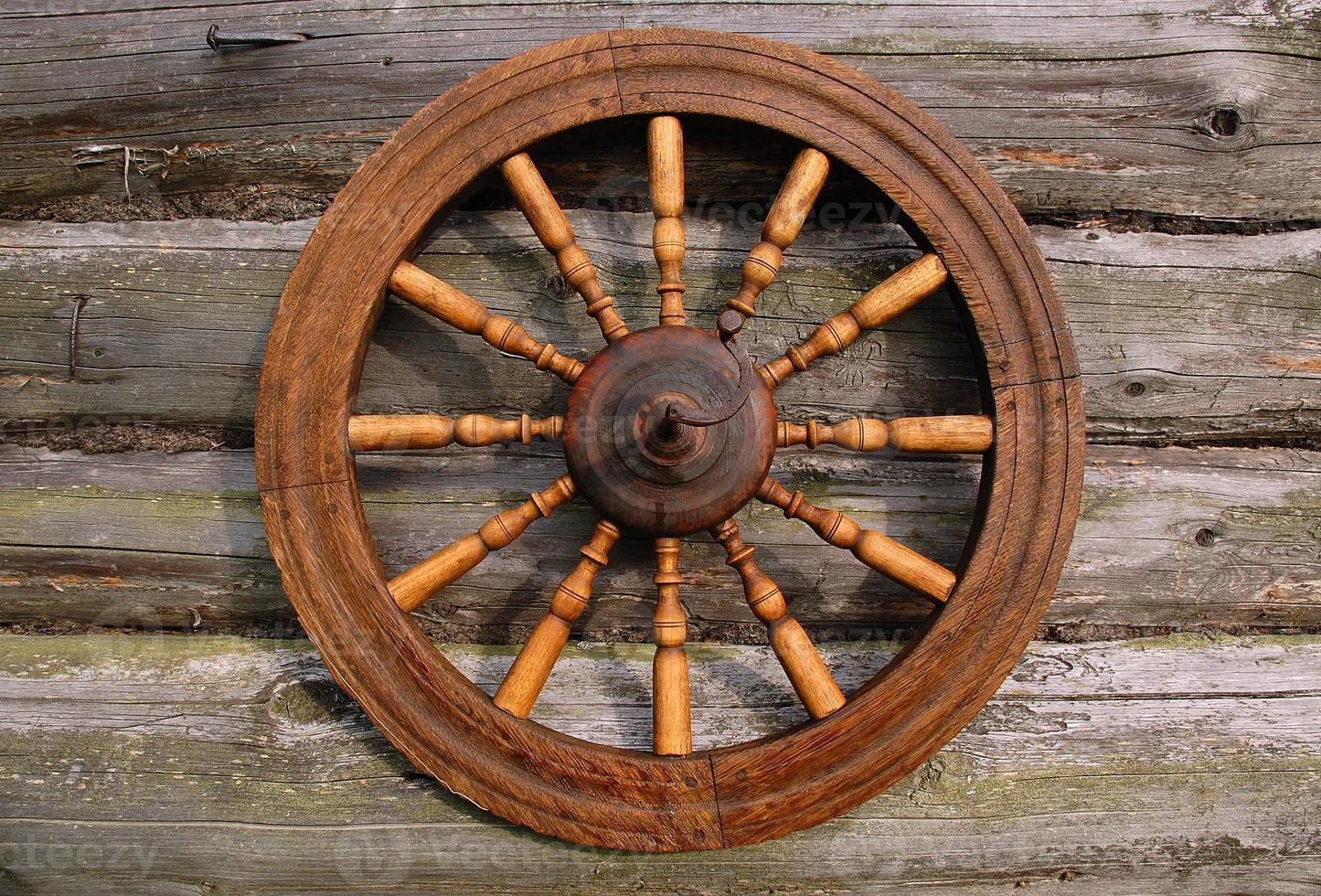 rueda giratoria en la pared de la casa de troncos foto