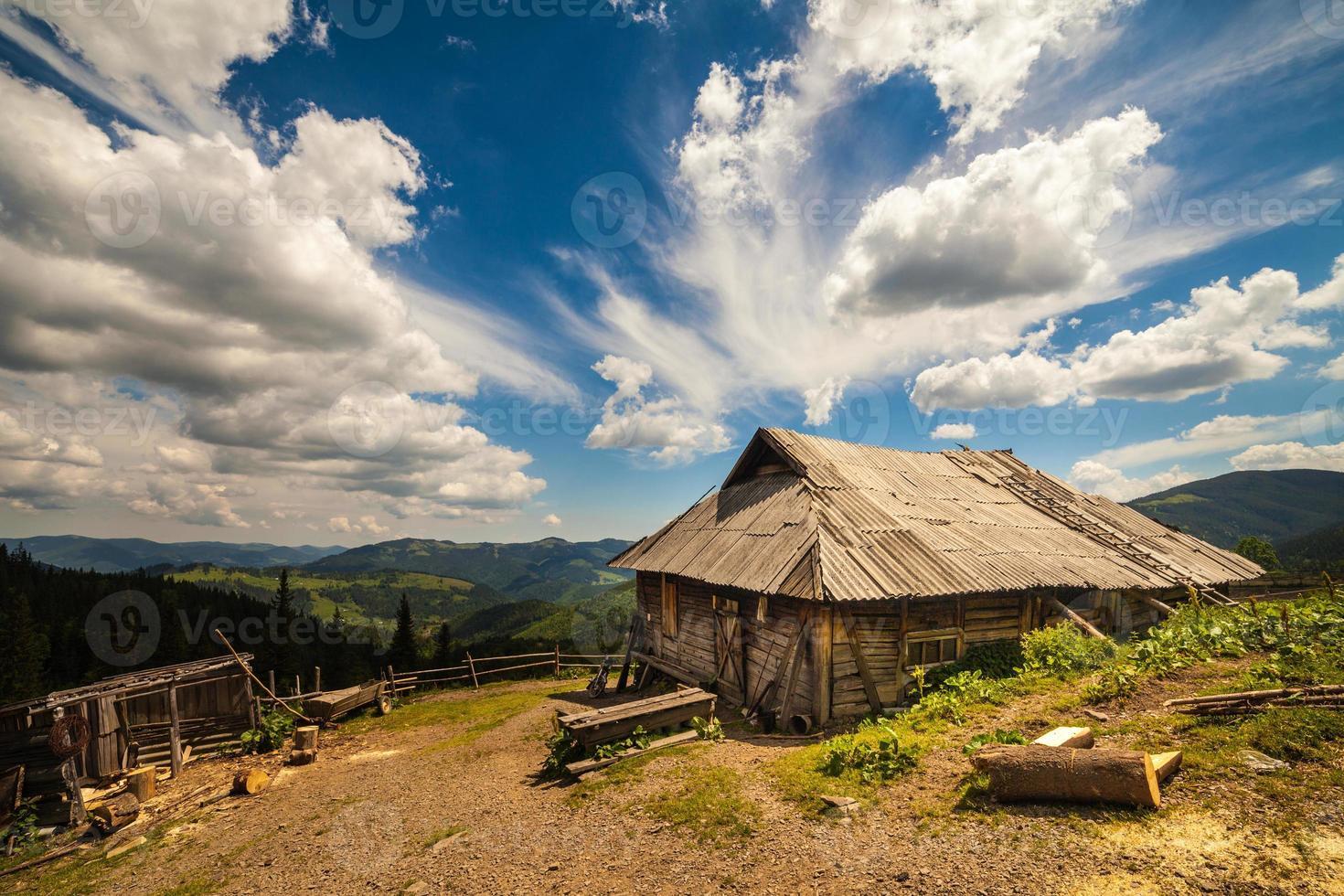 antigua casa tradicional de madera en las montañas foto
