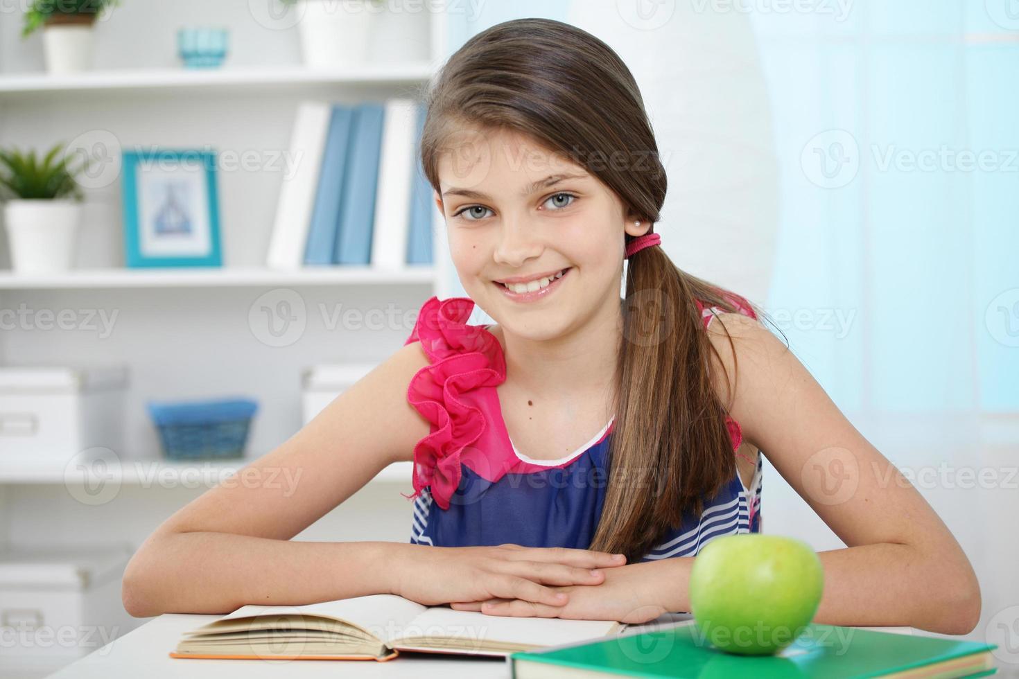 niña haciendo su tarea foto