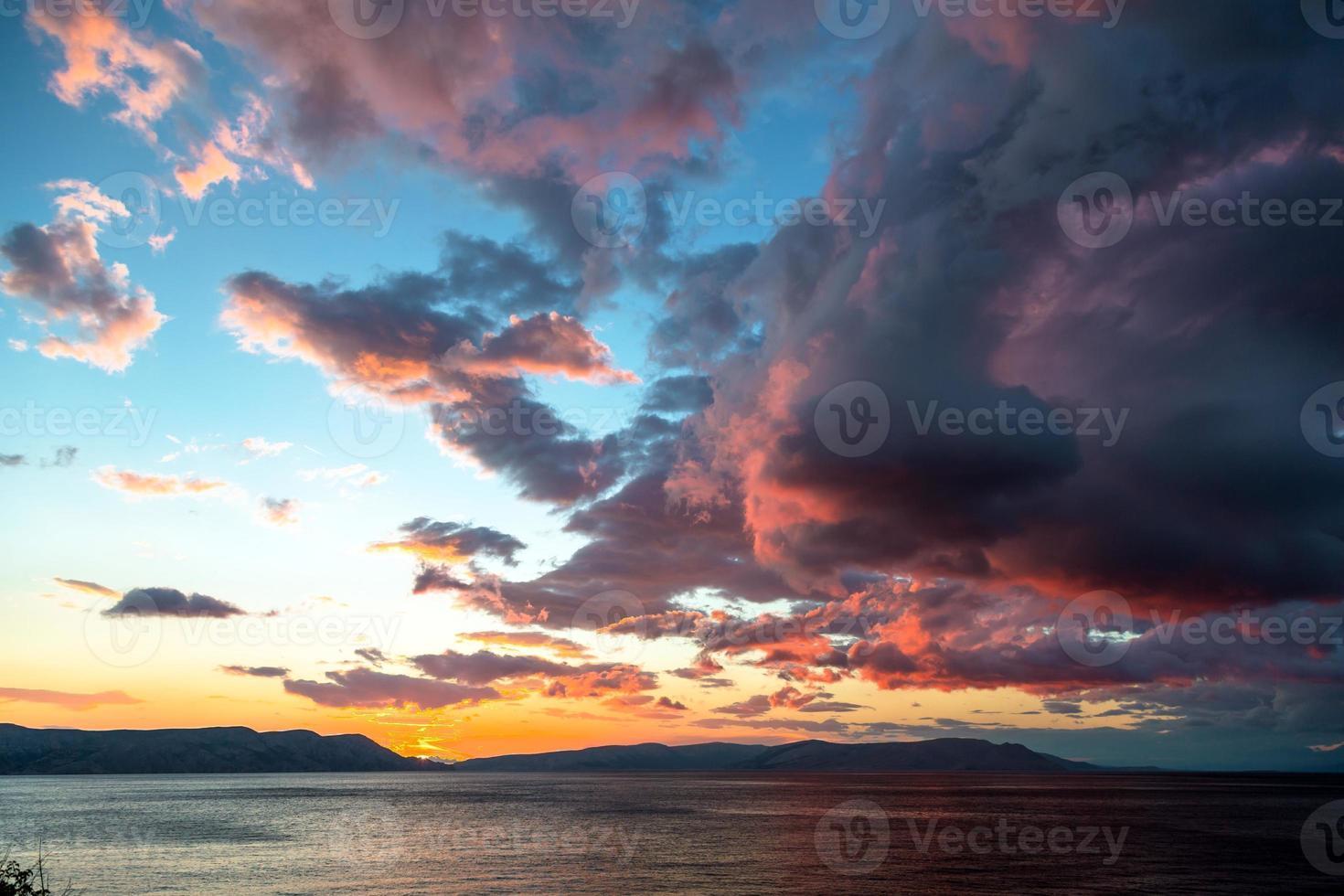 hermoso paisaje con mar y nubes foto