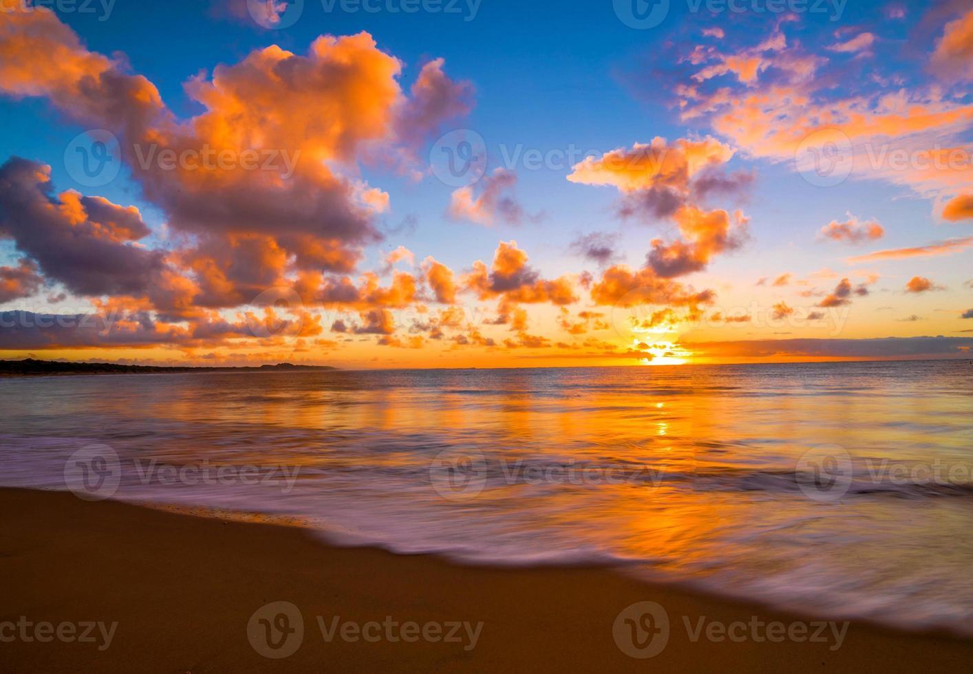 hermosa puesta de sol tropical en la playa foto