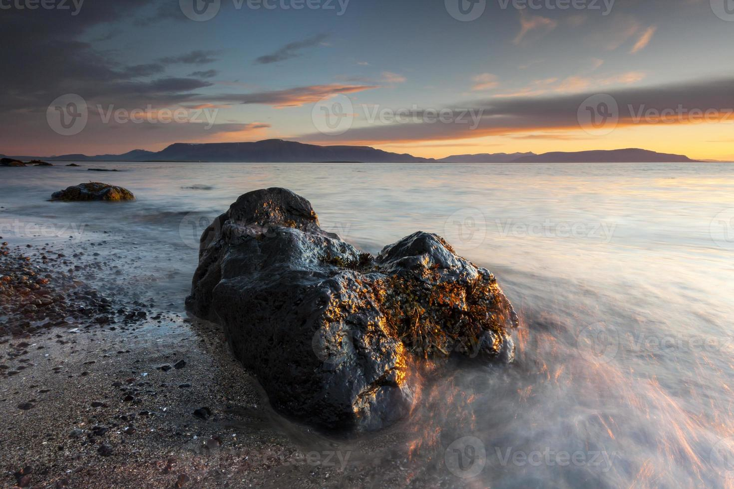 Tranquilo atardecer costero en la playa del océano Atlántico en Islandia foto