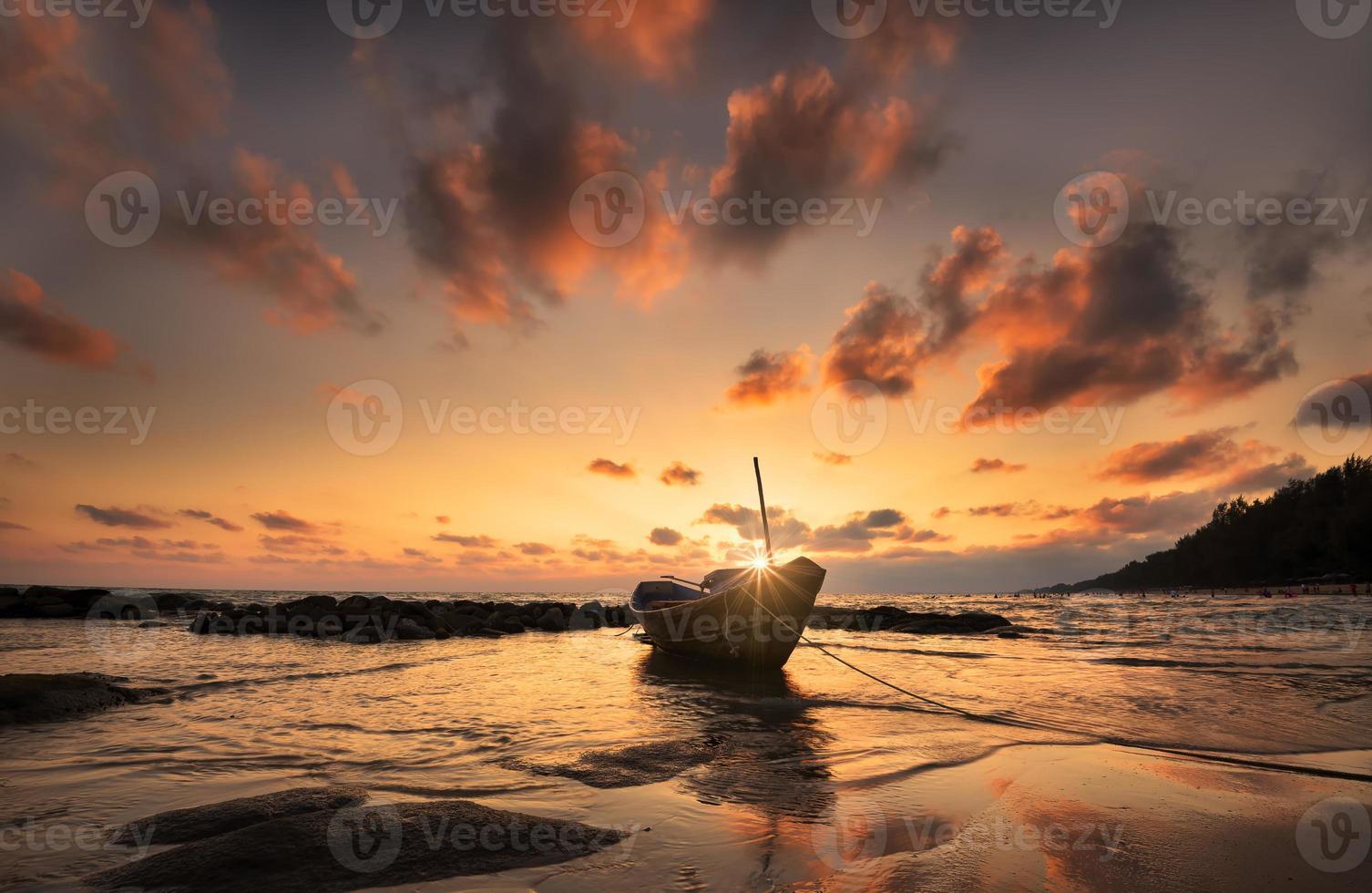 barcos en la playa durante la puesta de sol foto