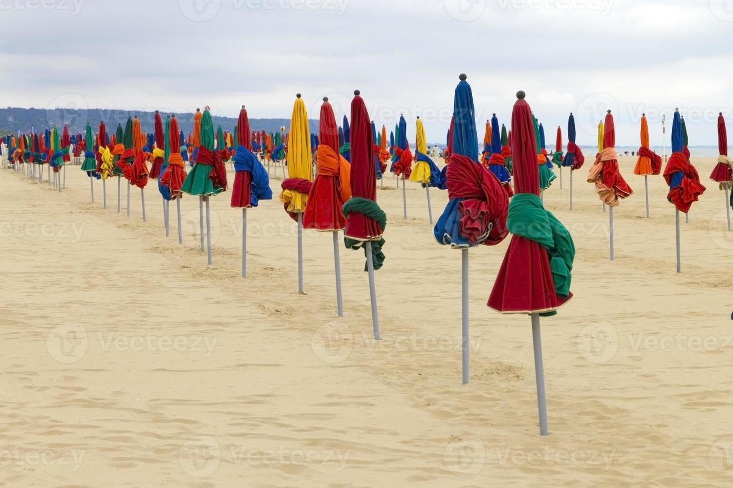 sombrilla de colores en la playa foto