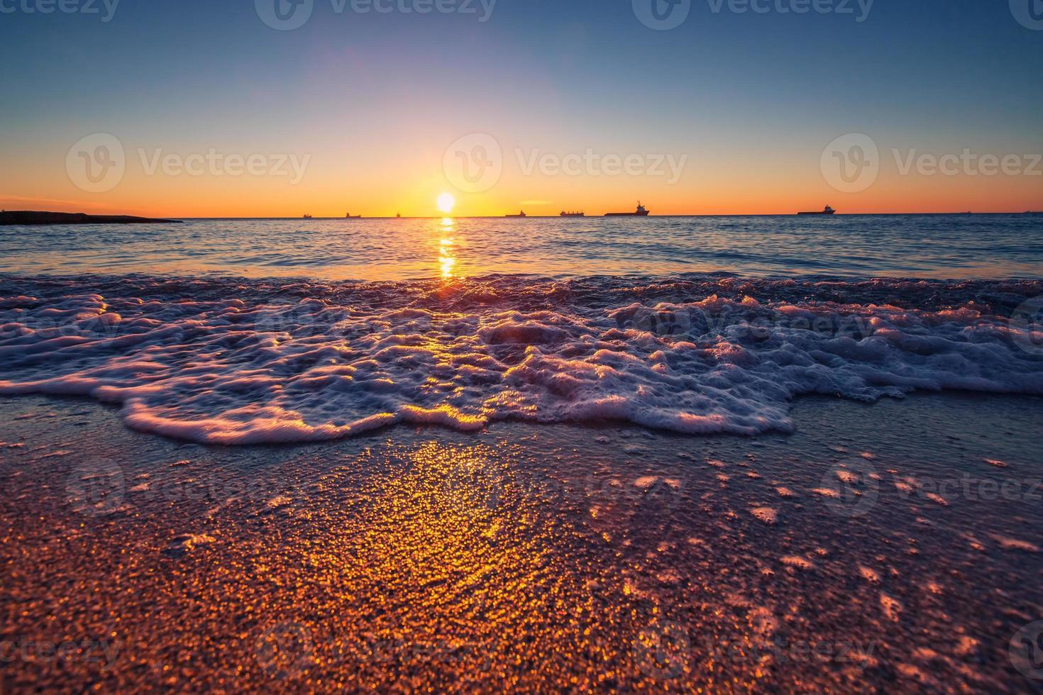 amanecer sobre el mar foto