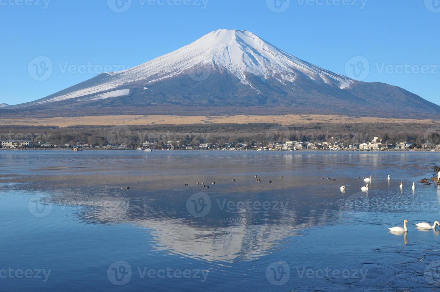 monte fuji y su reflejo en el lago shojiko foto
