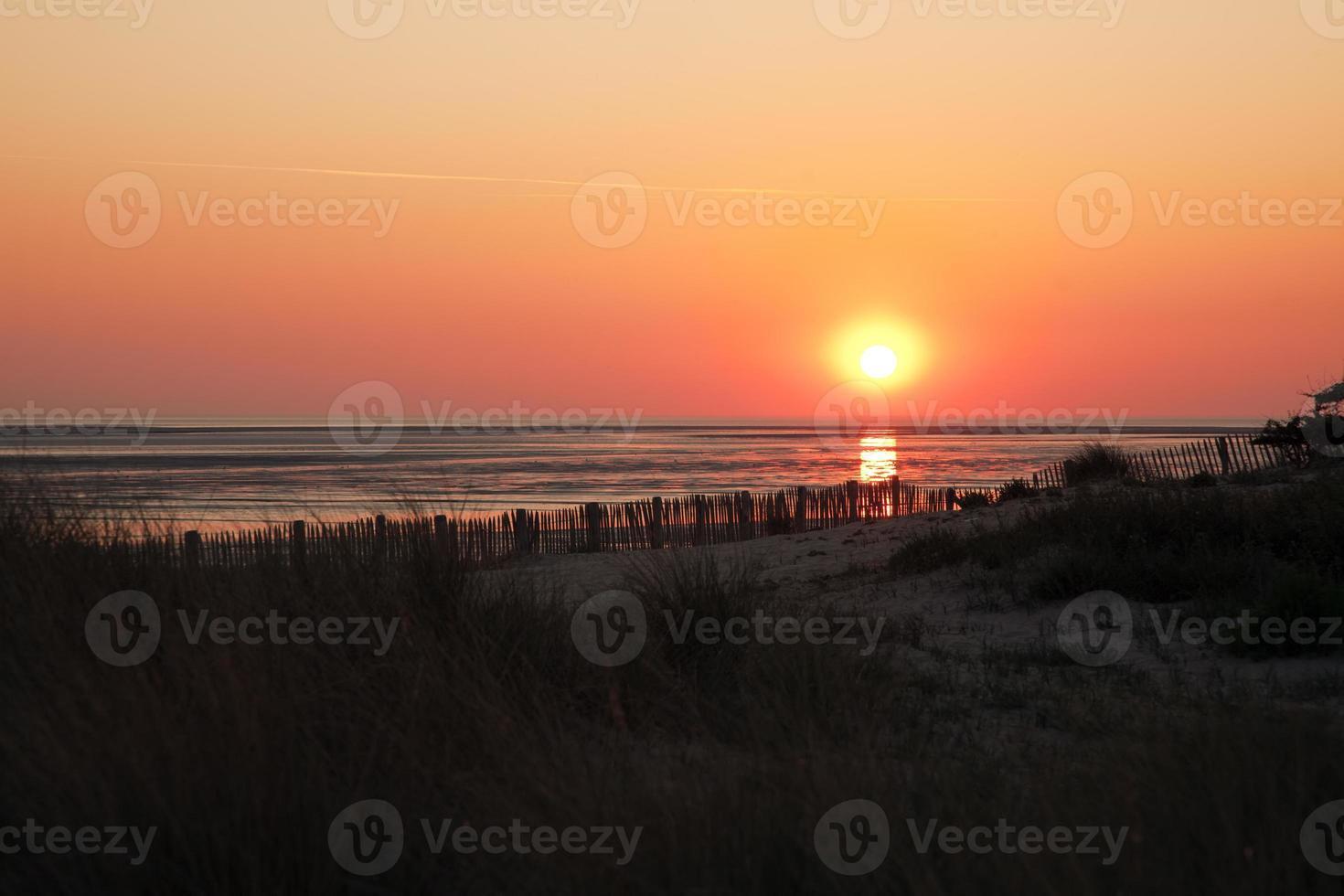 puesta de sol en la playa del mar del norte foto