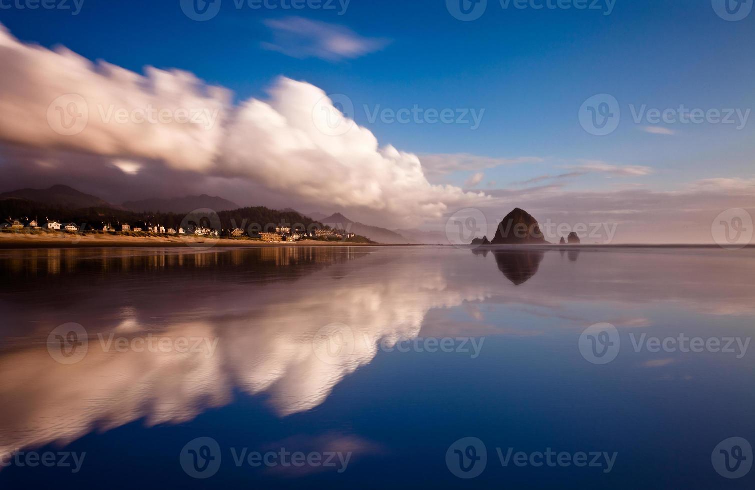 Reflejo de espejo de Cannon Beach con nubes foto