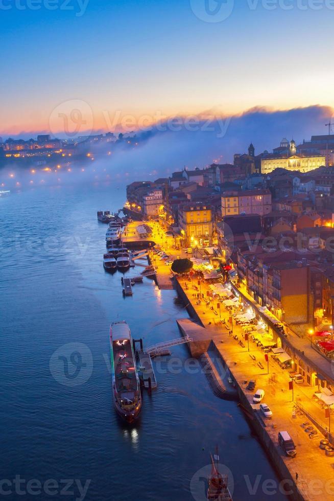 Terraplén en el casco antiguo de Porto, Portugal foto