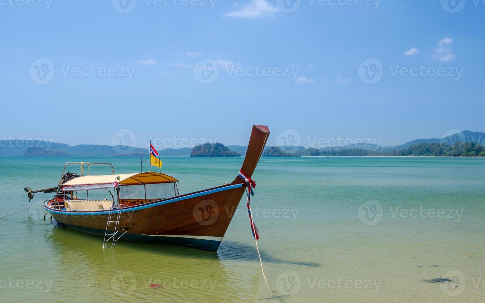 barco de madera en el mar foto