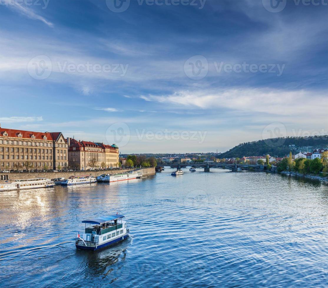 Barcos turísticos en el río Moldava en Praga foto