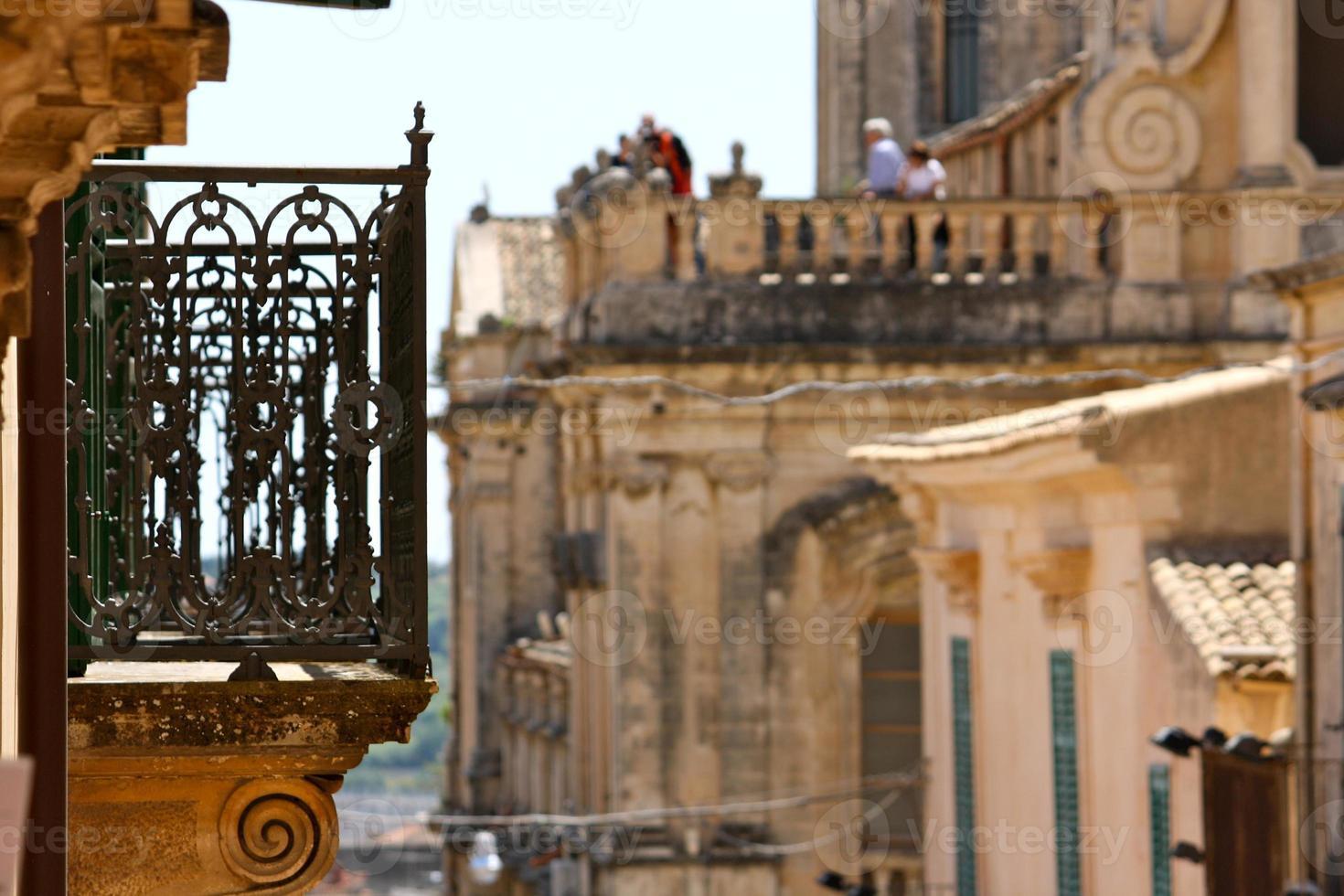 balcón en noto, sicilia foto
