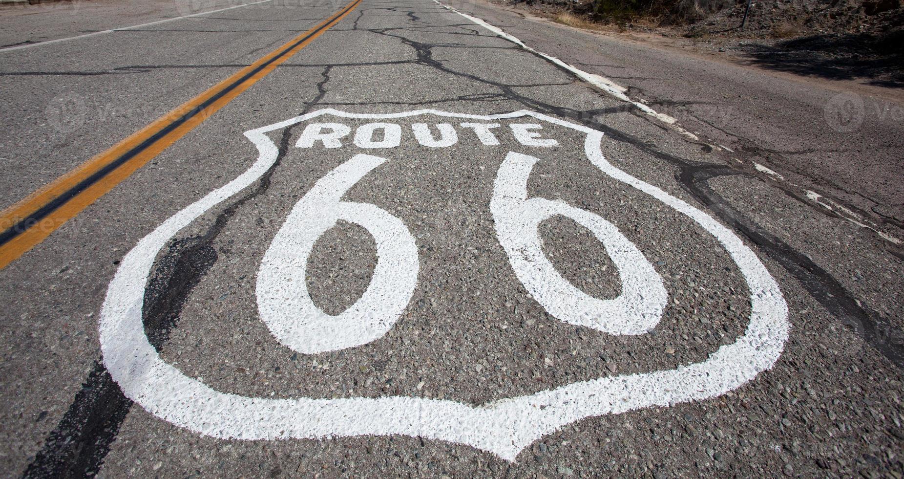 Antigua ruta 66 escudo pintado en carretera foto