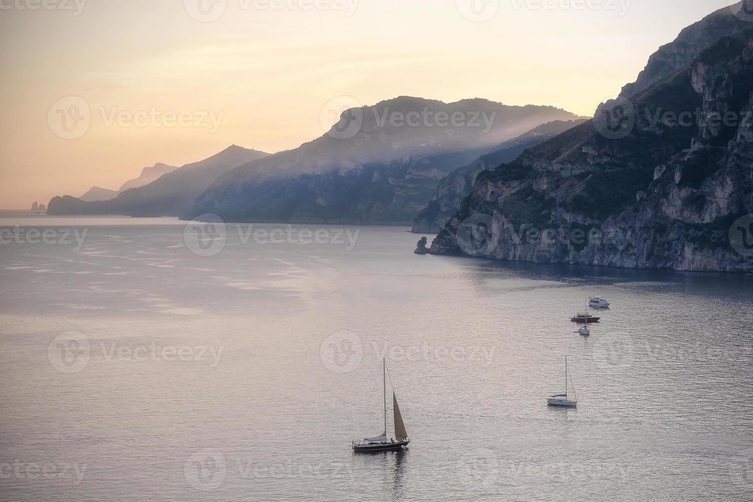 Costa de Amalfi al atardecer. foto