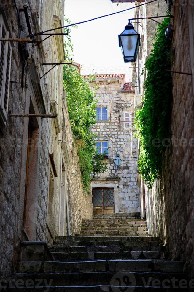 pequeña calle de dubrovnik con escaleras foto