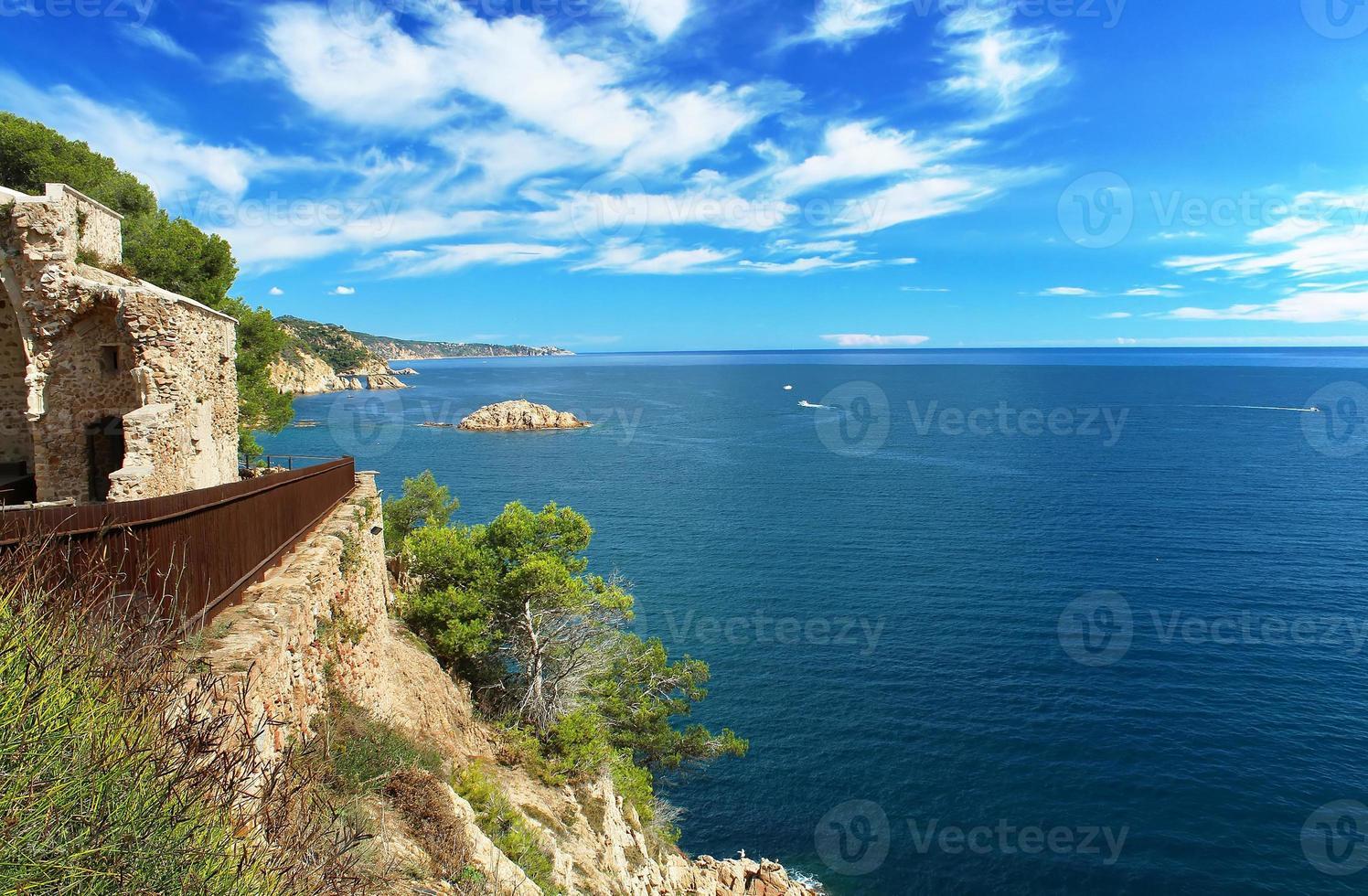 Vista desde el castillo de Tossa de Mar, España foto