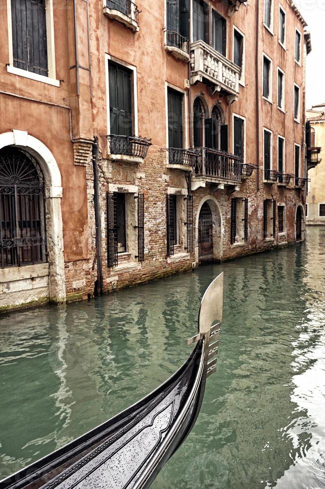 Proa de una góndola veneciana en un día lluvioso foto
