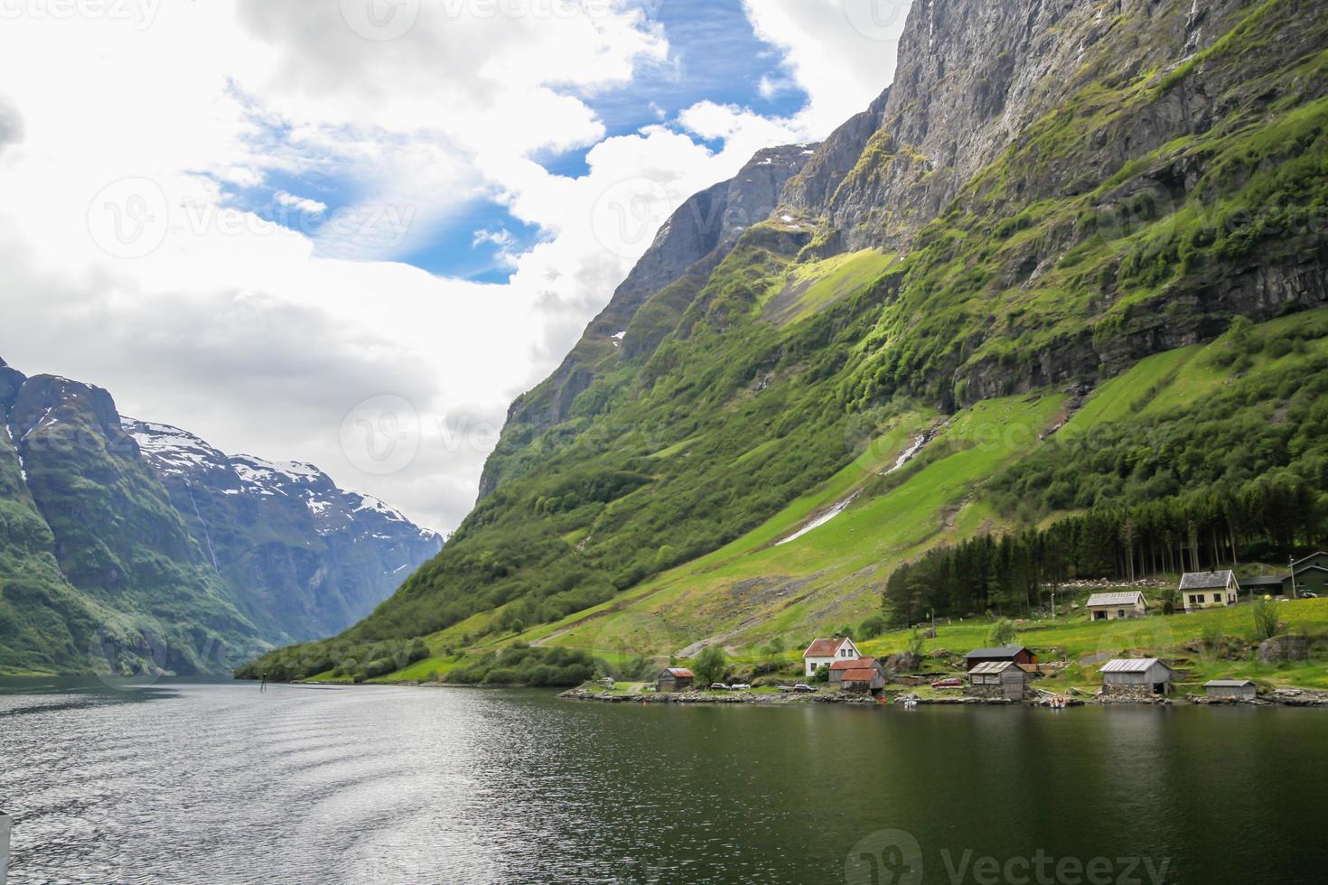 pequeño pueblo en las montañas del fiordo, noruega foto