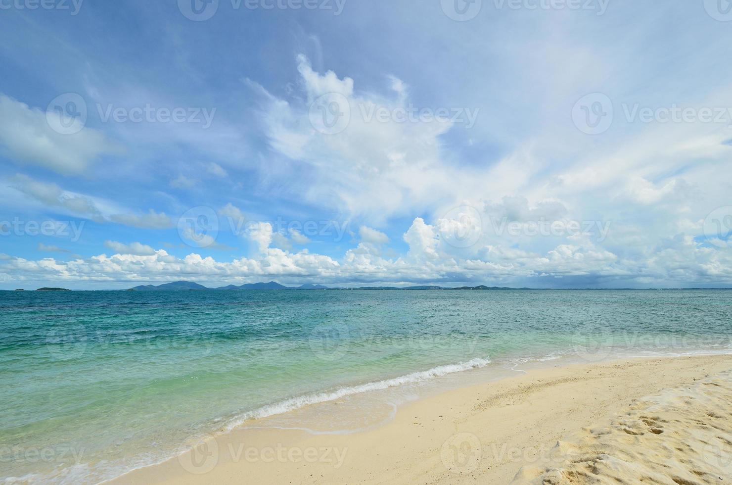 pacífica playa de arena blanca en la isla de talu foto