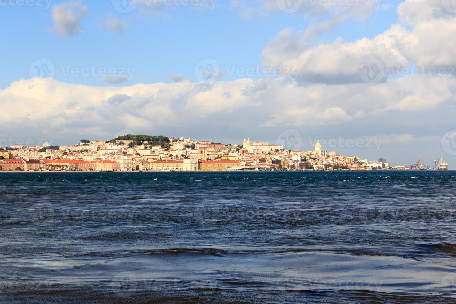 Vistas al río Tajo hacia la histórica ciudad de Lisboa foto