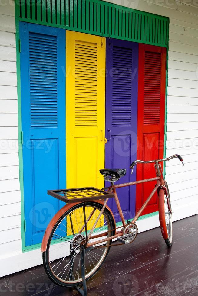 bicicletas en el fondo de la puerta de color foto
