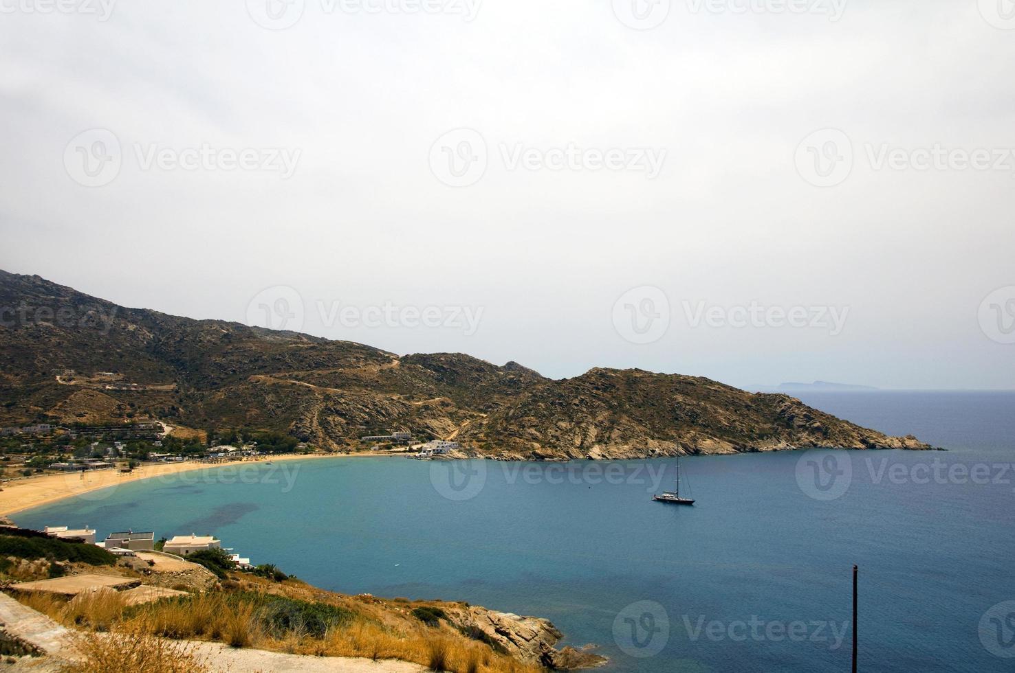 Paisaje de la playa de mylopotas mediterránea isla de ios Cyclades Grecia foto