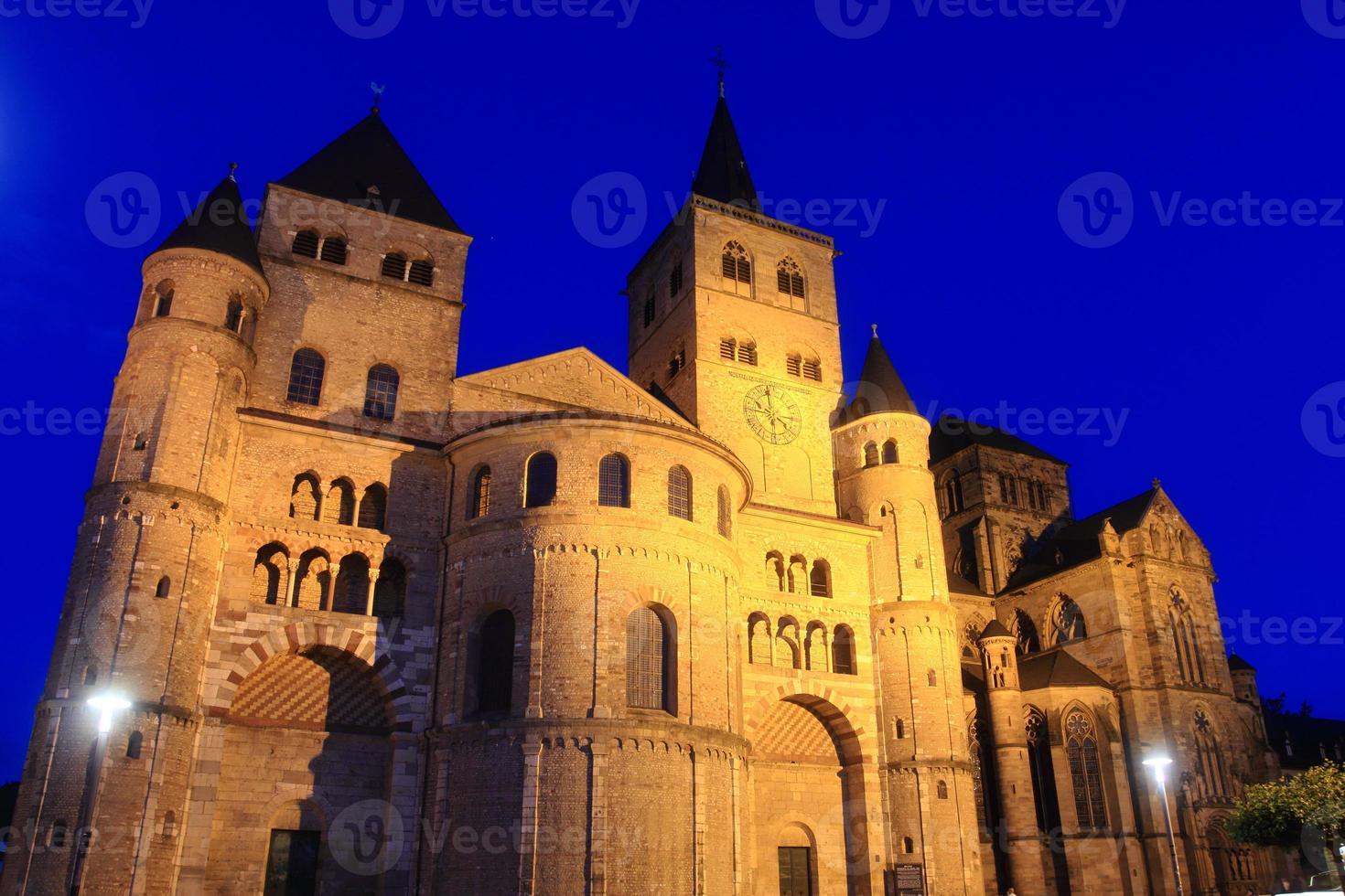 catedral en trier por la noche foto