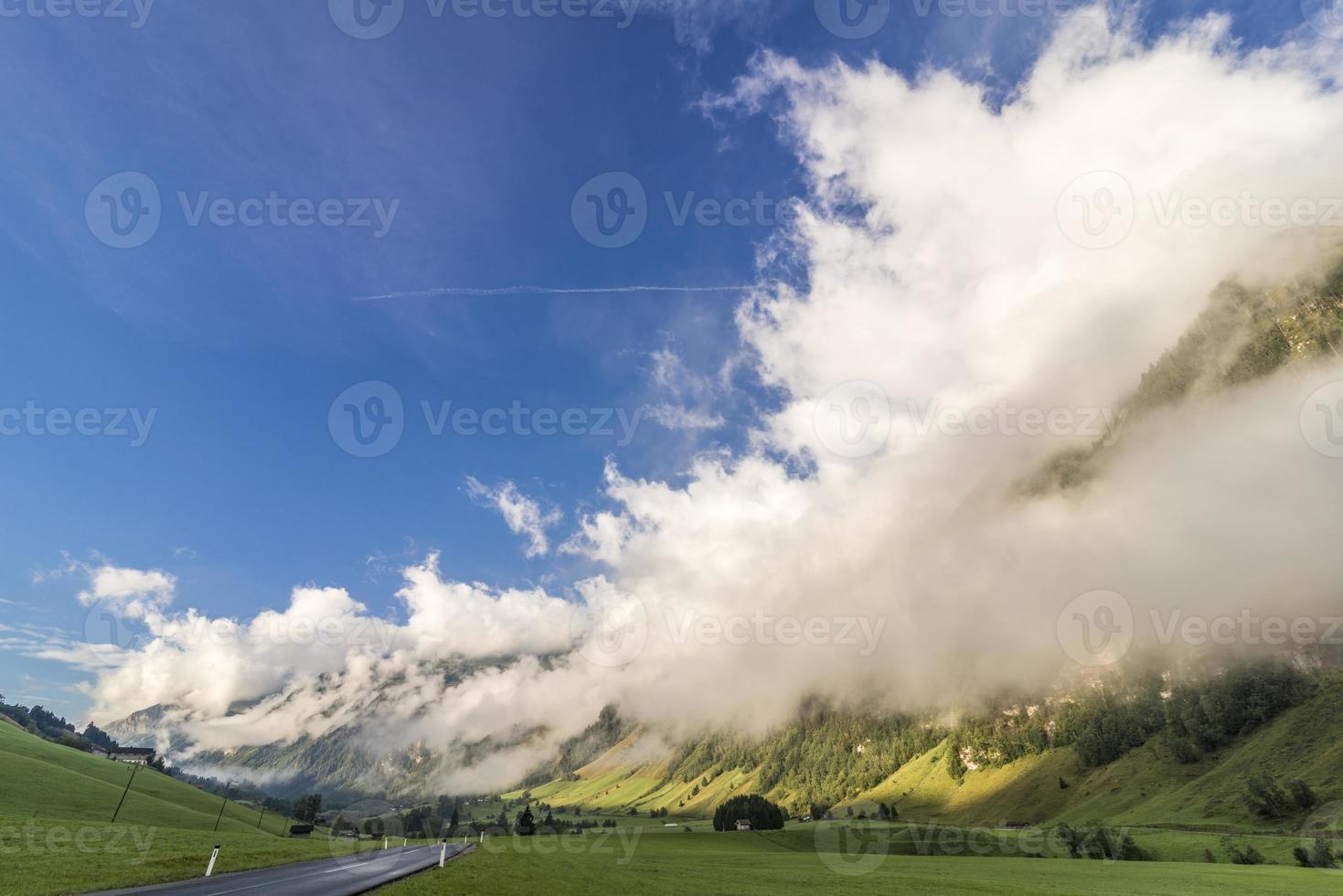 valle alpino por la mañana foto