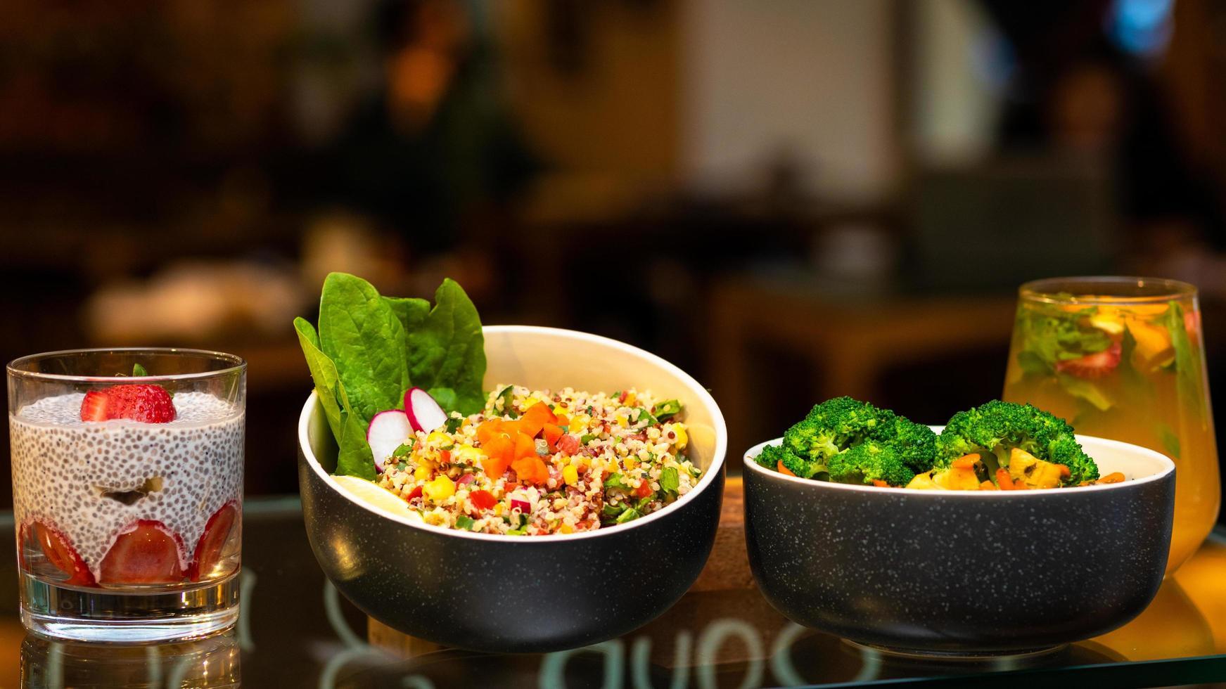platos de verduras con pudín de chía foto
