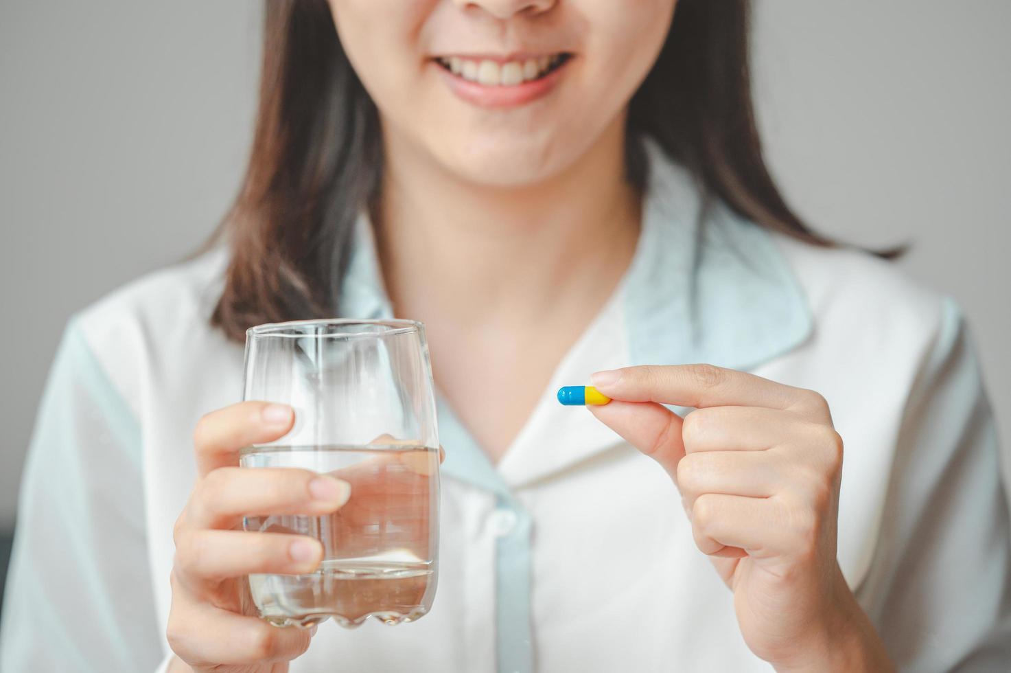 mujer sosteniendo la pastilla foto