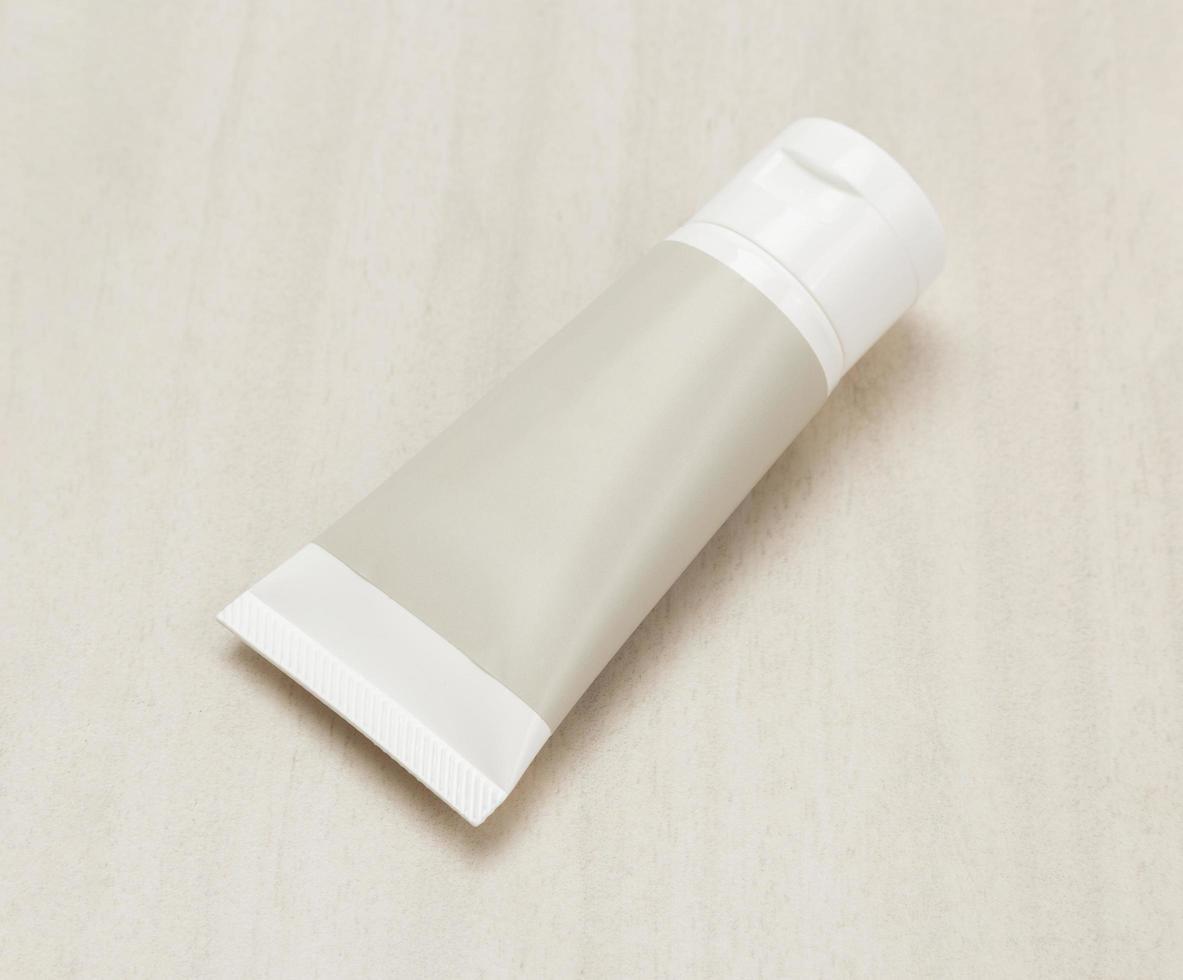 tubo de crema de plástico en blanco o maqueta de producto de gel foto