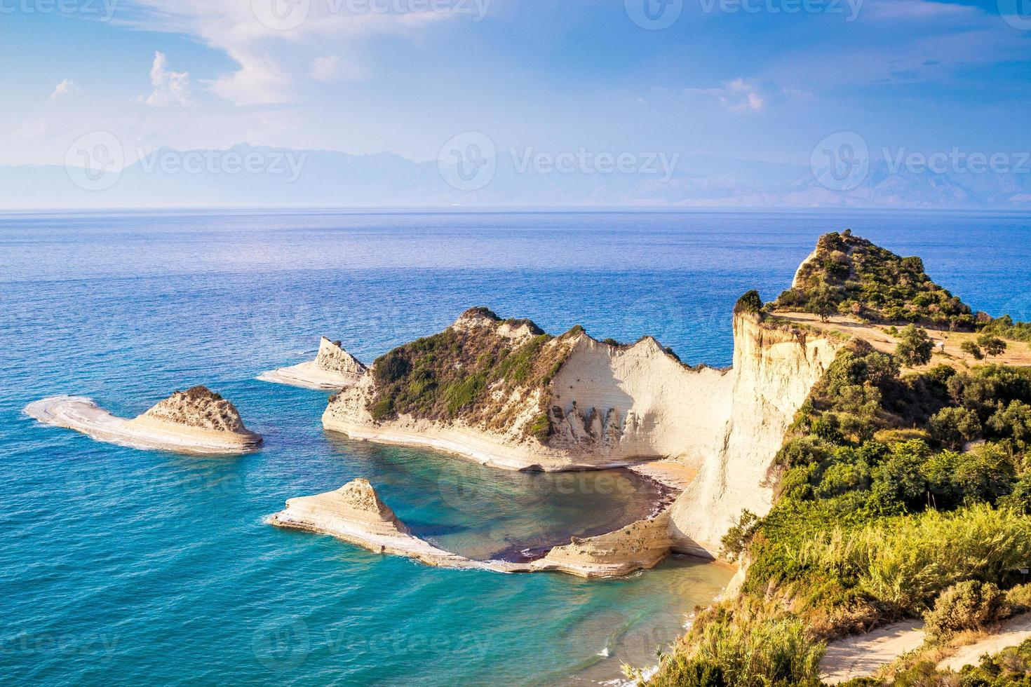 costa azul con acantilados foto