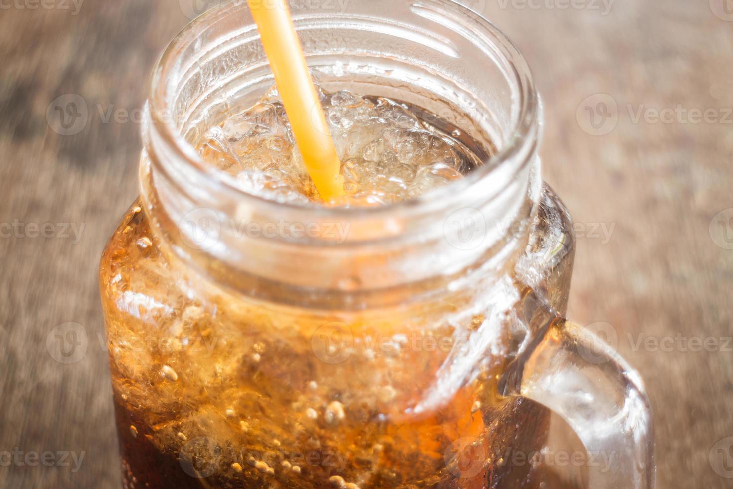 refrescante refresco marrón con hielo foto
