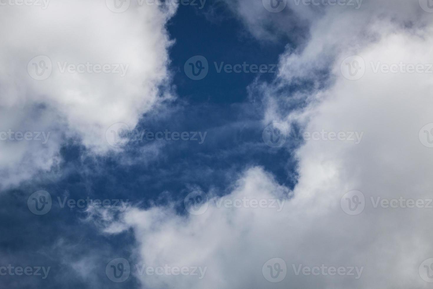 cielo azul nubes blancas foto