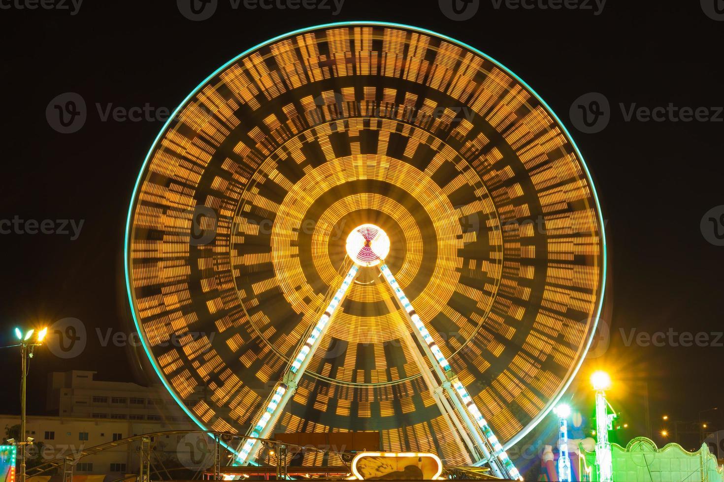 parque de atracciones por la noche - noria foto