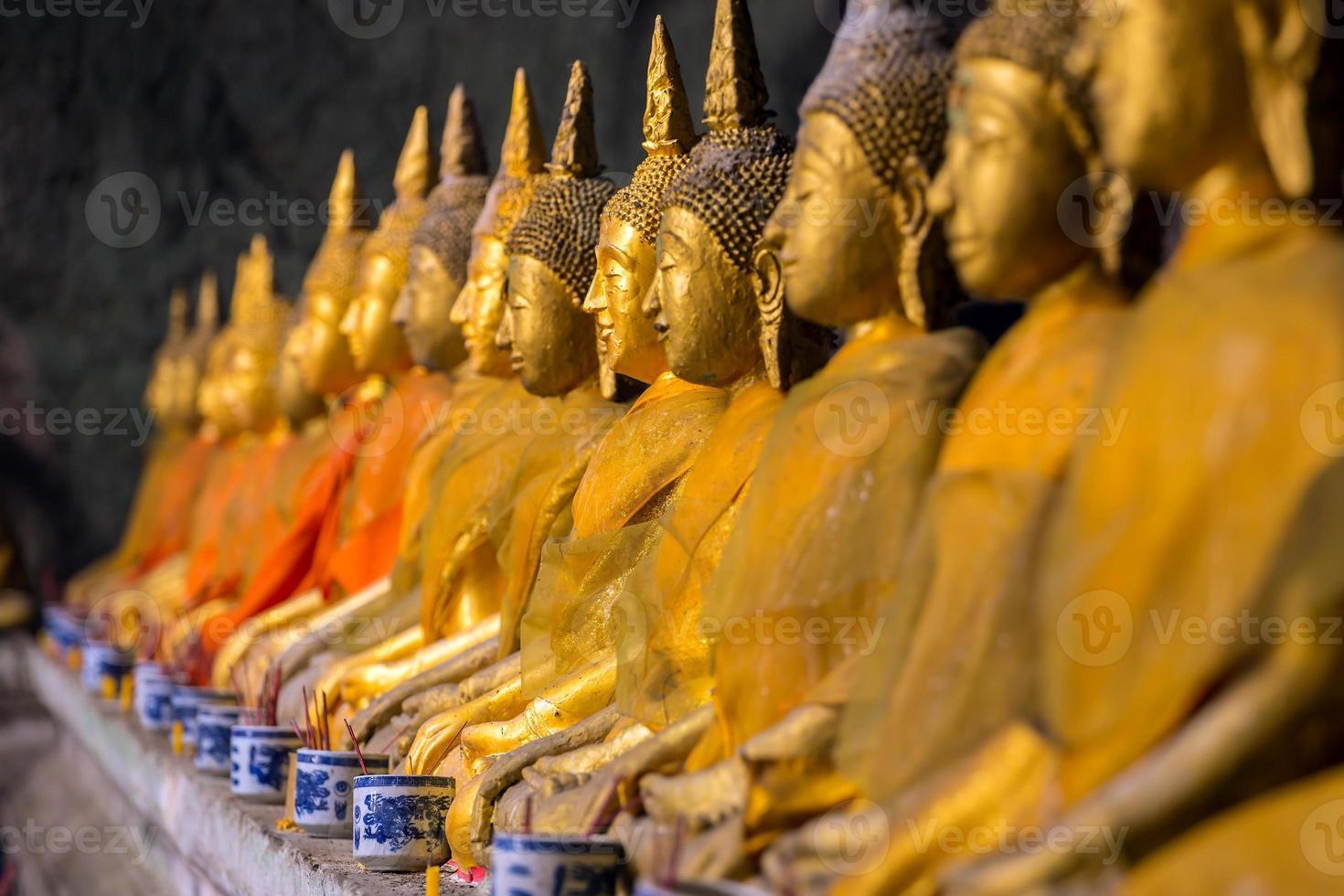 estatuas de buda de oro en el templo foto