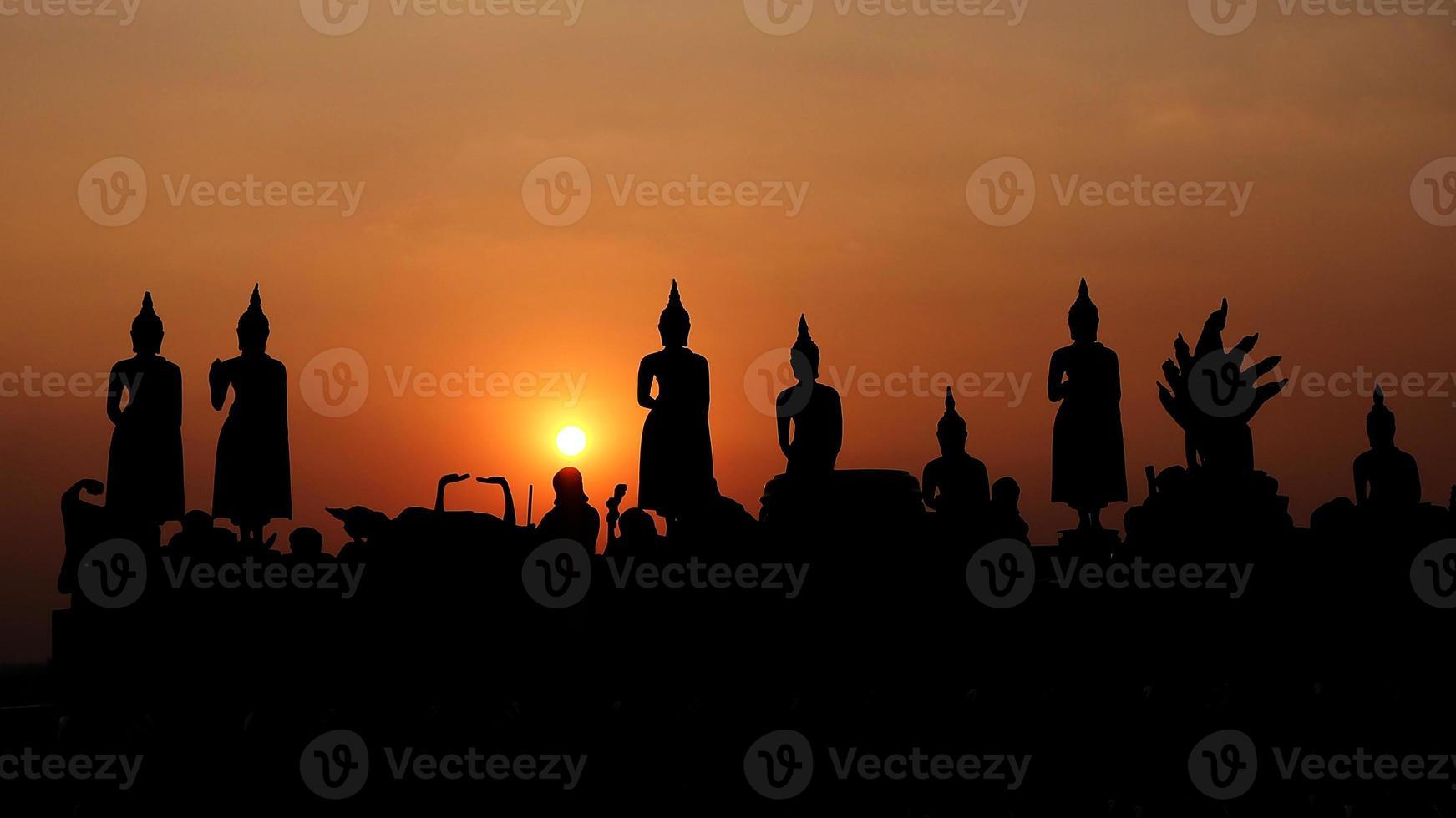 het standbeeld van Boedha op zonsondergang in nonthaburi, thailand foto