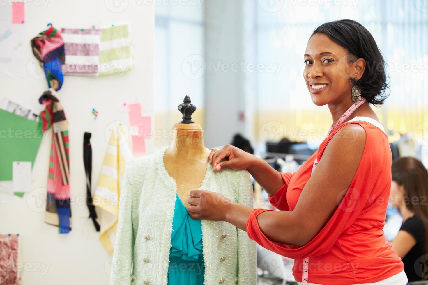 designer de moda em estúdio foto