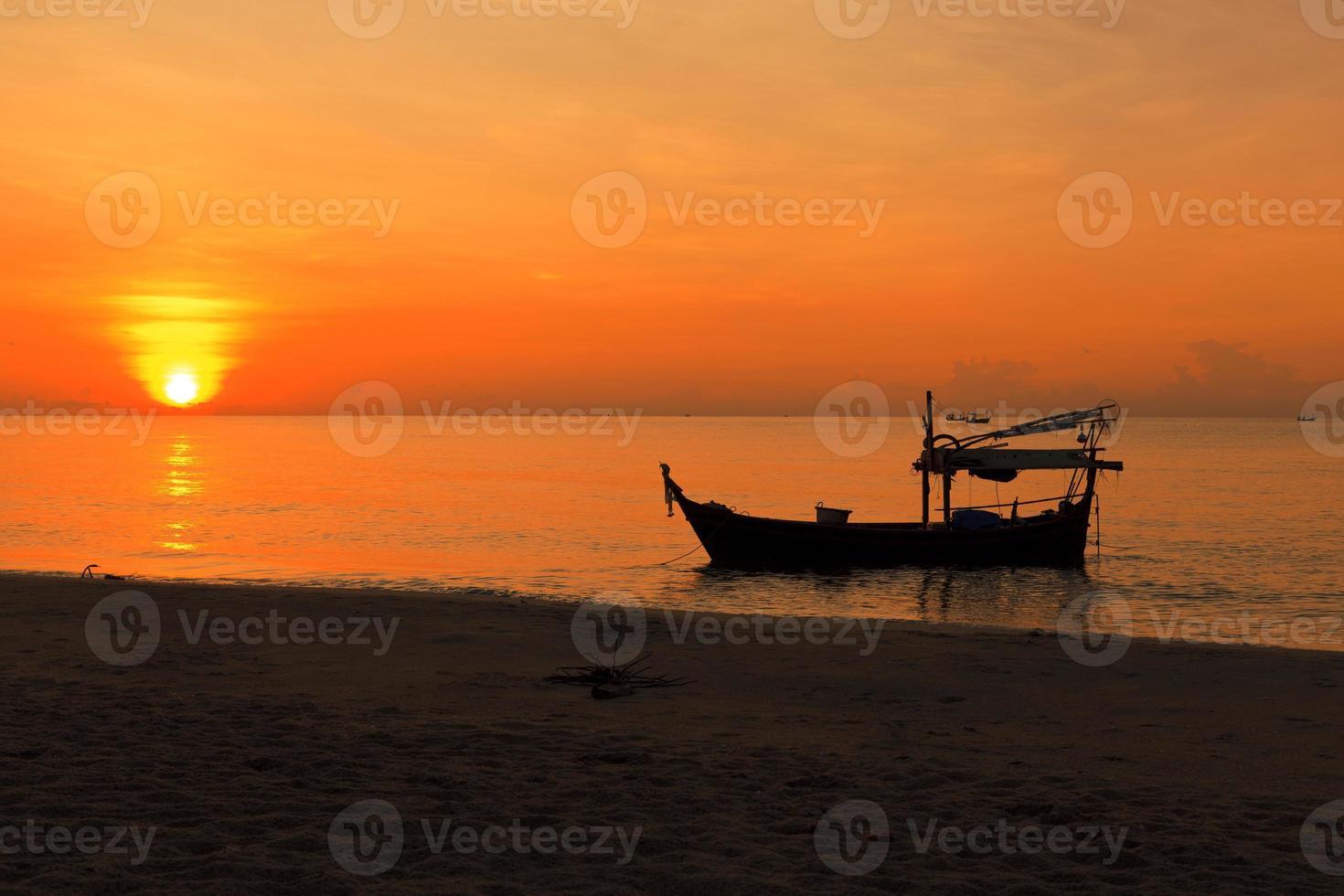 silueta de barco de pesca al atardecer foto