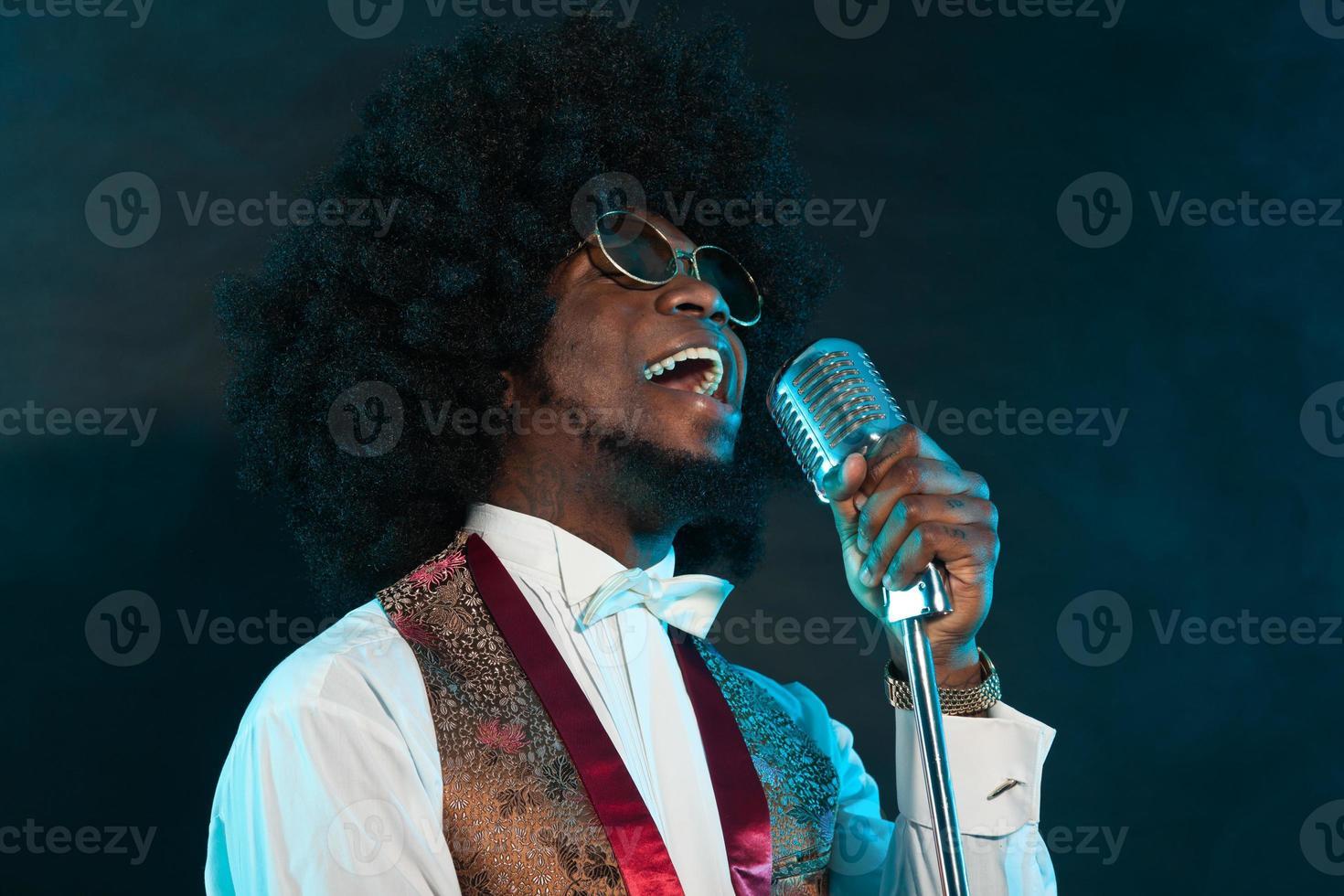 zwarte Amerikaanse disco soulzangeres. wijnoogst. studio opname. foto