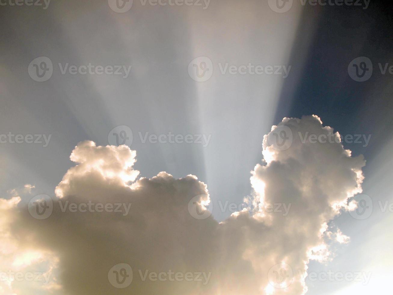 blauwe lucht en prachtige wolken foto
