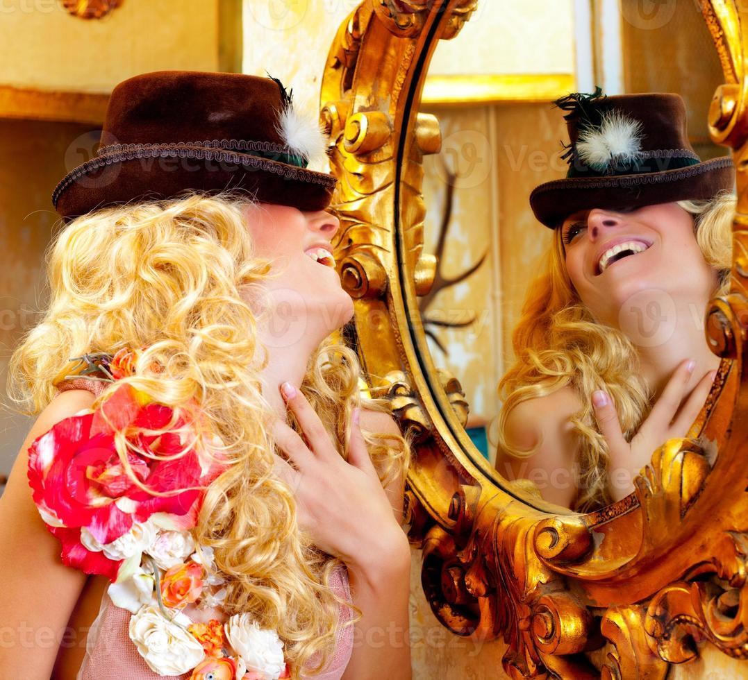 mode blonde vrouw met hoed in barokke gouden spiegel foto