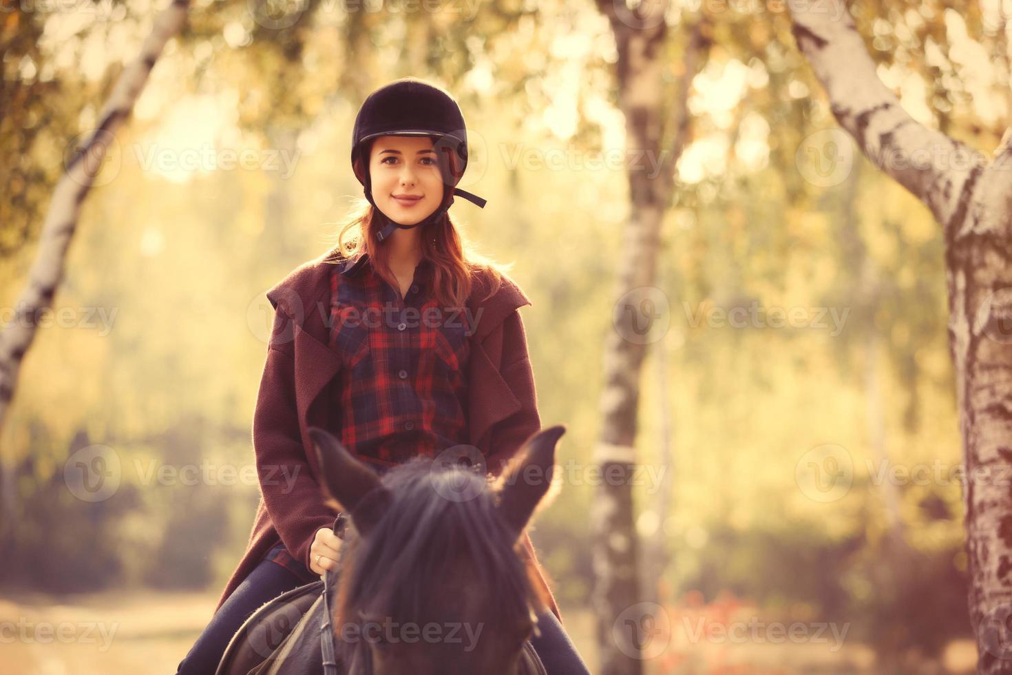jonge vrouw en paard foto