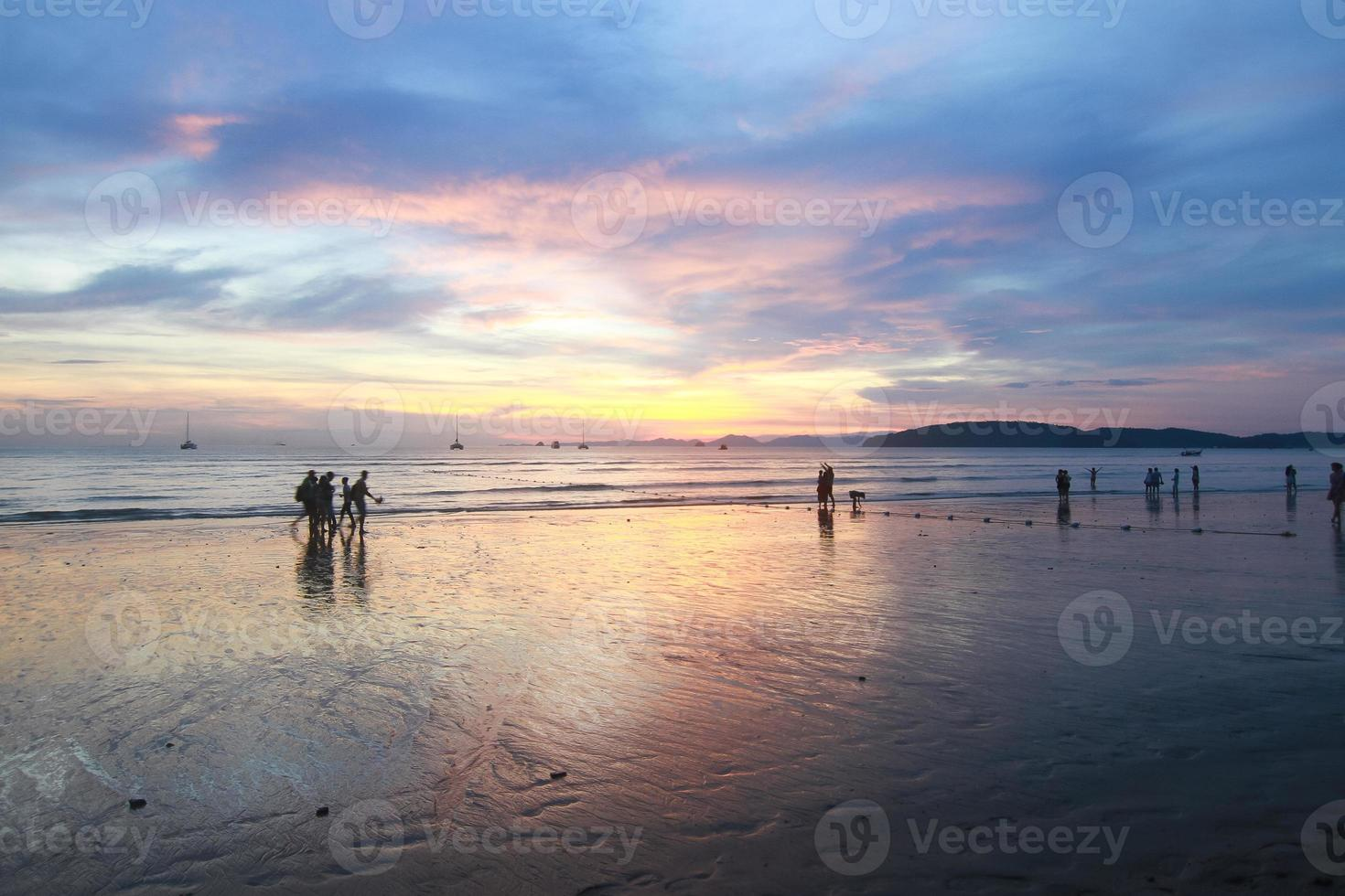 zonsondergang bij au nang beach krabi in thailand foto