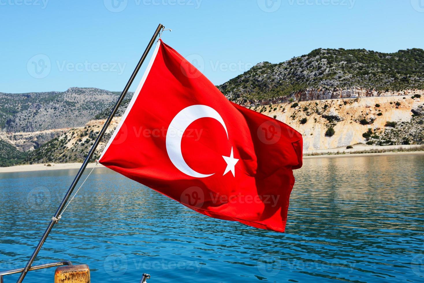 a bandeira turca no iate, antalya, turquia foto